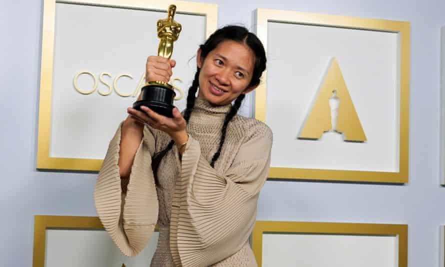 Chloé Zhao con su Oscar a la mejor película por Nomadland.