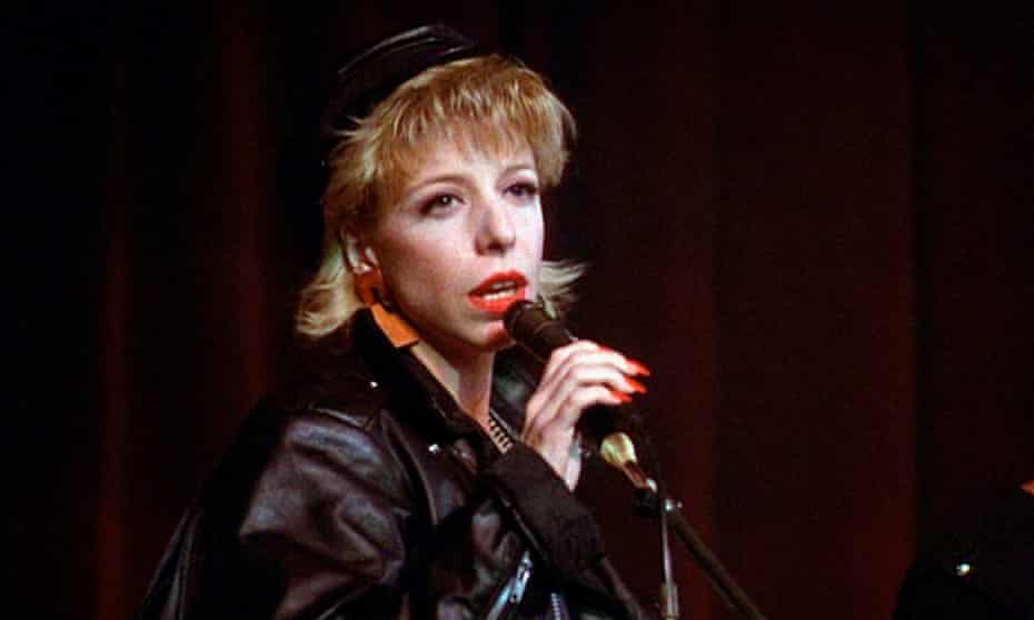 Julee Cruise sings the theme song 'Falling', from the pilot episode of Twin Peaks in 1990.
