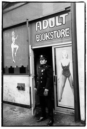 Policial fotografado na Times Square