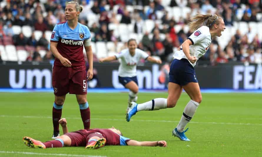 Rianna Dean of Tottenham Hotspur celebrates her opening goal