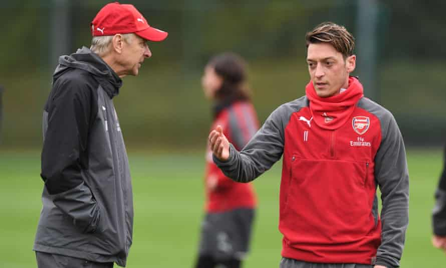 Arsenal Training and Press Conference ST ALBANS, ENGLAND - NOVEMBER 04: Arsenal manager Arsene Wenger talks to Mesut Ozil during a training session at London Colney