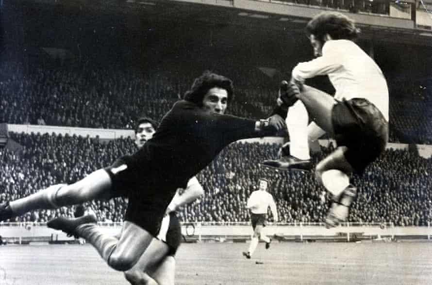 frank worthington, 1974'te i̇ngiltere için oynarken arjantin'in kalecisiyle çarpıştı.
