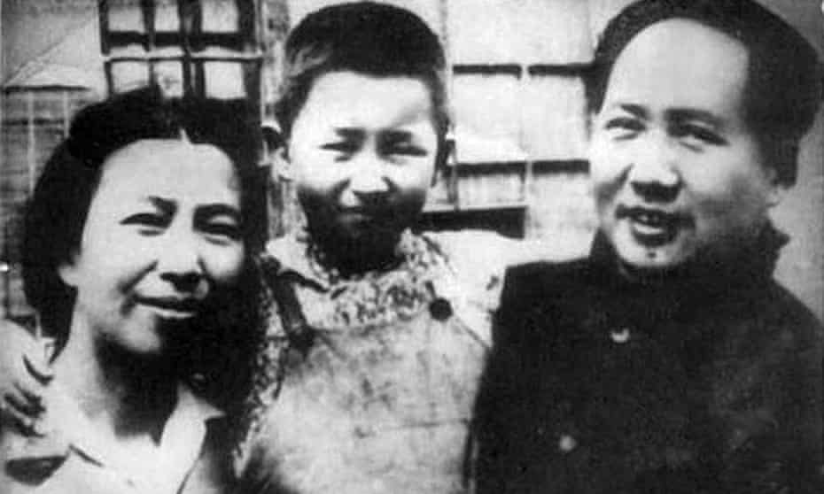 Jiang Qing and Mao Zedong in the 1940s with their daughter Li Na.