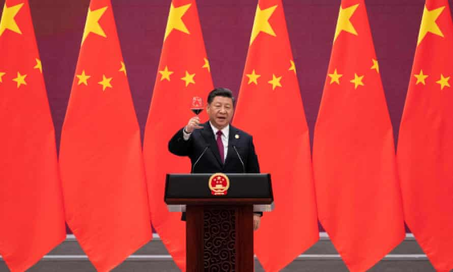 China's President Xi Jinping raises his glass and proposes a toast at the end of his speech during the welcome banquet for leaders attending the Belt and Road Forum at the Great Hall of the People in Beijing on April 26, 2019.
