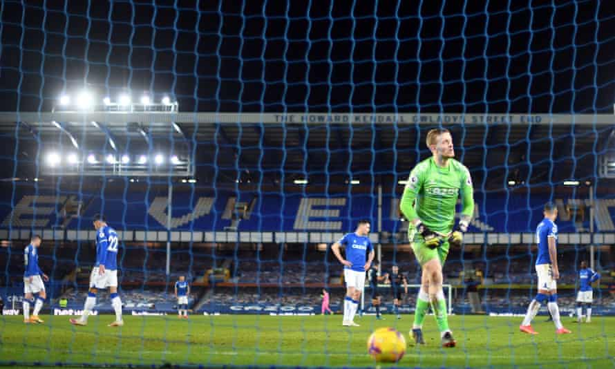 Everton react after conceding against Manchester City.