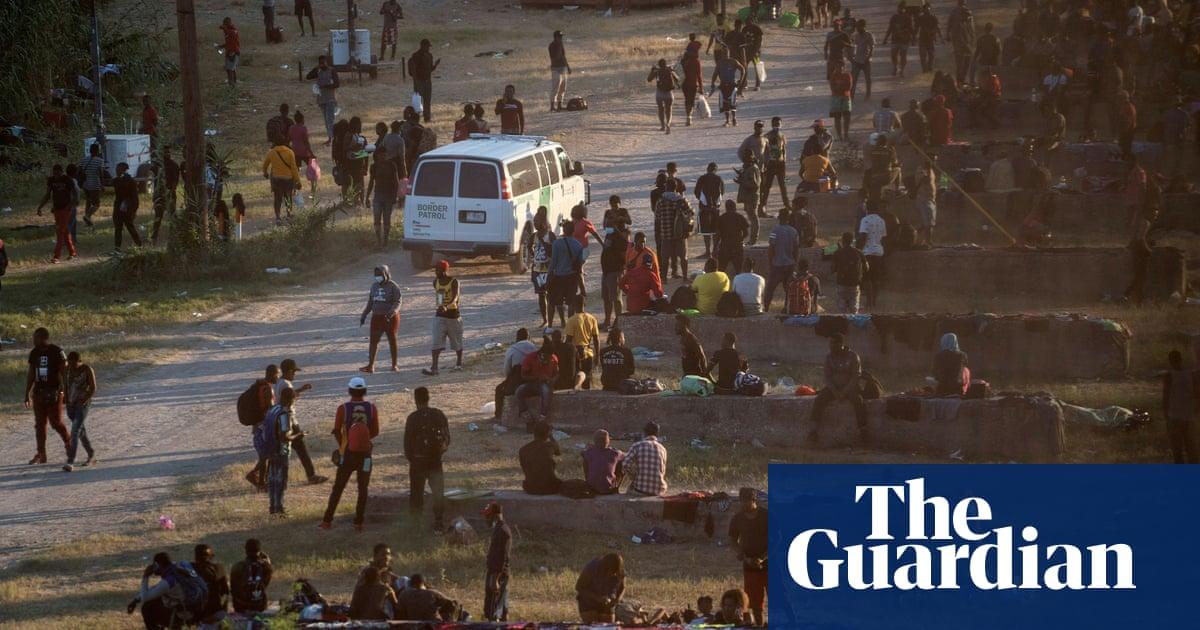 텍사스: thousands of migrants gather under border bridge in makeshift camp