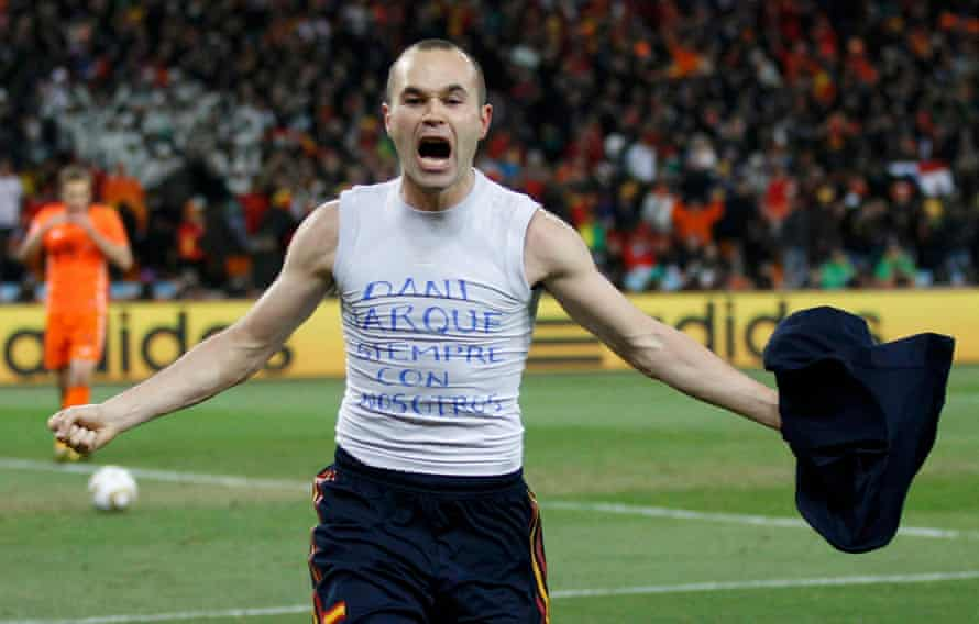 Iniesta pays tribute to Dani Jarque during the 2010 World Cup final.