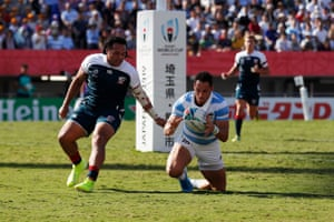 Joaquin Tuculet beats Mike Te'o to the ball for Argentina's second try.