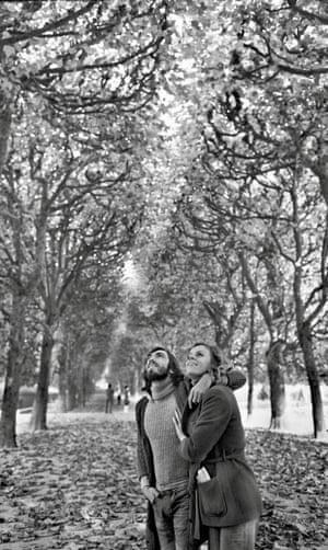 Photograph of Jane Rangeley and her then boyfriend in a Paris park, taken by Henri Cartier-Bresson