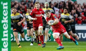 Scott Williams scored a crucial late try when the Scarlets were down to 14 men.