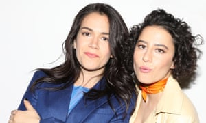 Abbi Jacobsen and Ilana Glazer leaning into each other