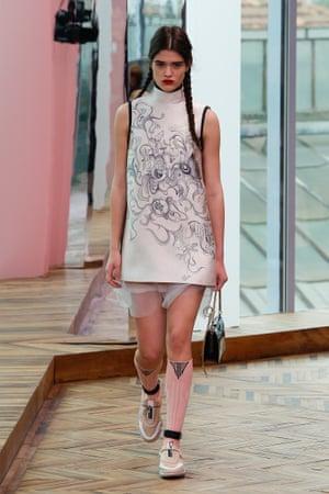 A futuristic shift dress with a funnel neck – Barbarella meets 2017.