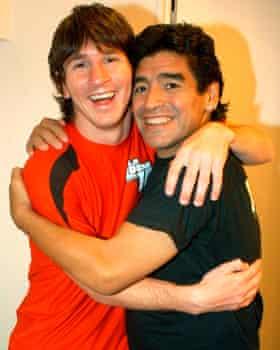 barcelona'daki lionel messi (solda), arjantinli gencin maradona'nın talk-show'una konuk olduğu ağustos 2005'te diego maradona ile birlikte poz veriyor.