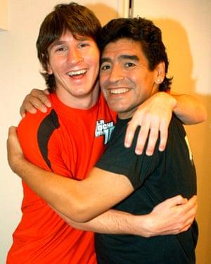 لیونل مسی از بارسلونا (سمت چپ) در آگوست 2005 هنگامی که این نوجوان آرژانتینی مهمان برنامه گفتگوی مارادونا بود با دیگو مارادونا عکس گرفت.