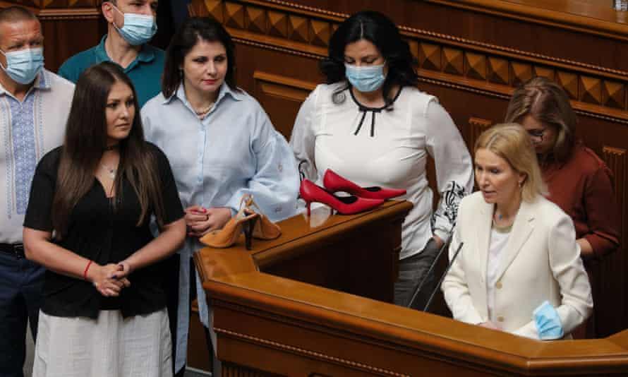 Anggota Rada Verkhovna membawa sepatu hak tinggi ke podium sebagai protes dan menuntut penyelidikan atas insiden tersebut.