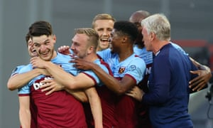Declan Rice celebrates with manager David Moyes and his teammates after scoring West Ham's third.