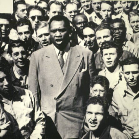 Robeson leading shipyard workers in singing the US national anthem.