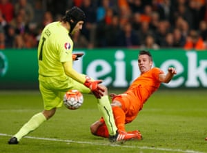 Robin van Persie scores at the right end after beating Petr Cech.