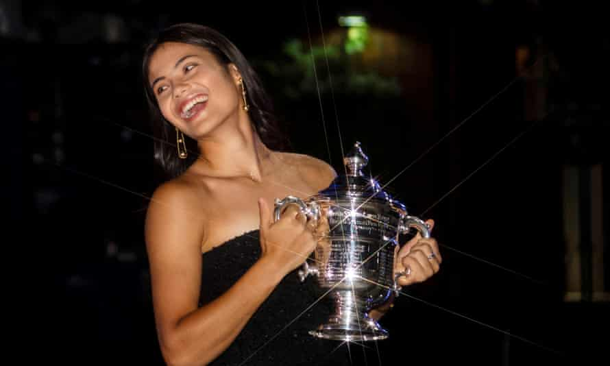 Emma Raducanu with the US Open trophy.