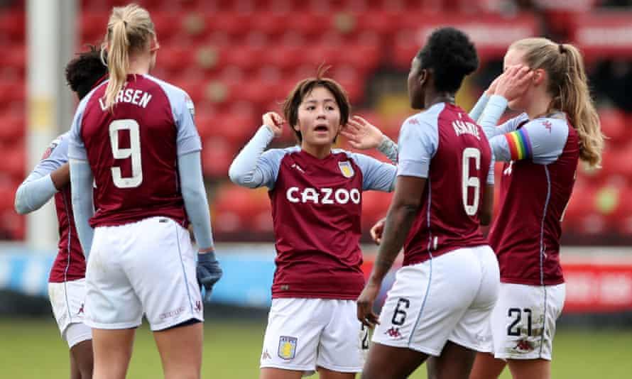 Mana Iwabuchi with her new Aston Villa teammates