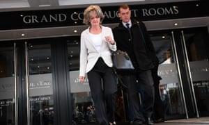 肯辛顿和切尔西理事会领导人伊丽莎白坎贝尔周四离开格伦费尔调查。
