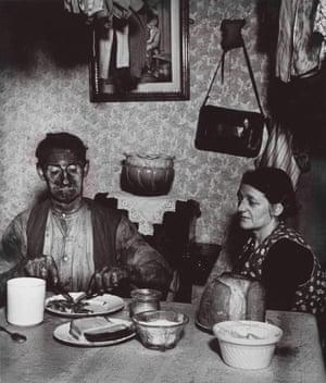 Northumbrian Miner at his Evening Meal (Bill Brandt, 1937).