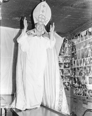 Marissa impersonating the pope, No Se No 99 Nights, 1983
