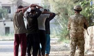 British soldiers guard Iraqi prisoners