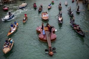 Noah's Violin, a giant floating violin by the Venetian sculptor Livio De Marchi, in Venice