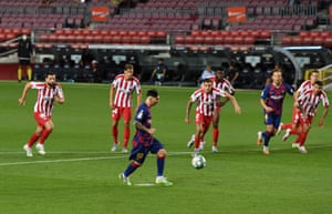Lionel Messi scores with a Panenka!
