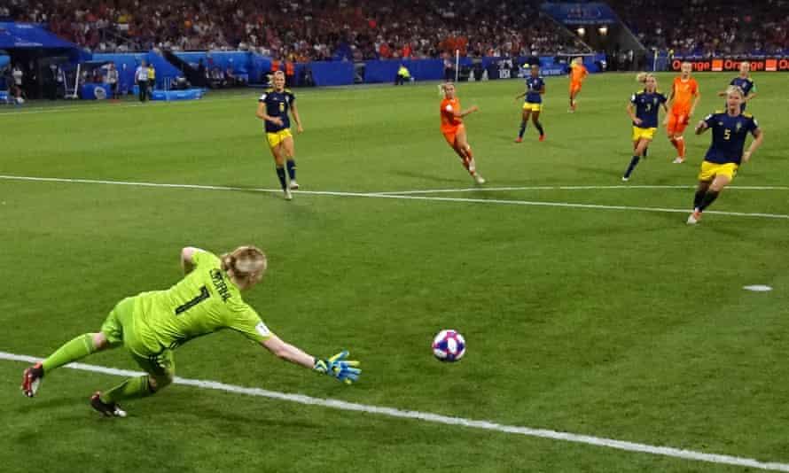 Jackie Groenen's shot beats Sweden's goalkeeper Hedvig Lindahl to put the Netherlands into the final.