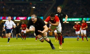 Brodie Retallick dives over to score the first try.