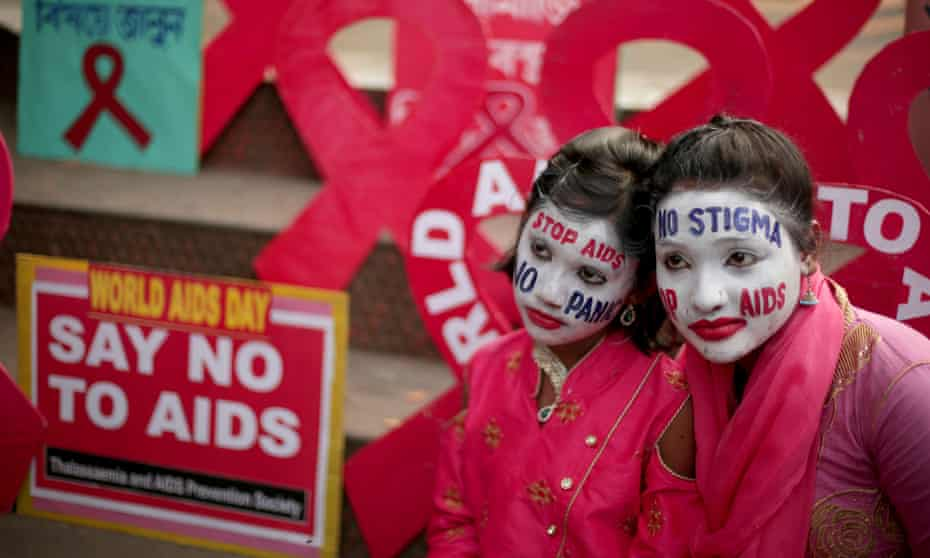 Activists attend an AIDS awareness campaign on the eve of World AIDS Day in Kolkata, Eastern India, 30 November 2018