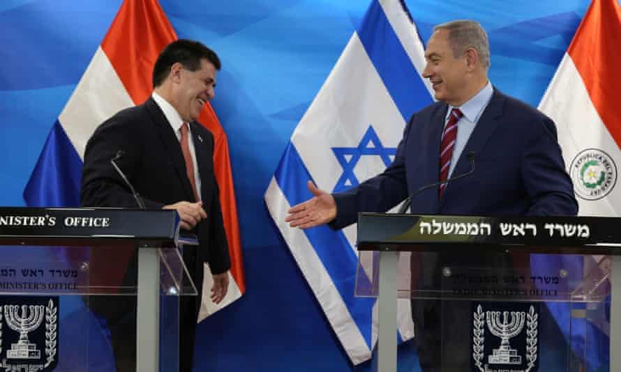 Former president Horacio Cartes, left, and Israeli prime minister Benjamin Netanyahu in Jerusalem in July 2016.