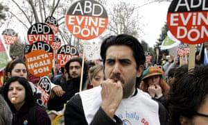 Memet Ali Alabora at an anti-war rally in Istanbul in 2006.