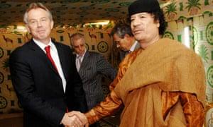 托尼·布莱尔(左)在2007年与穆阿迈尔·卡扎菲握手。