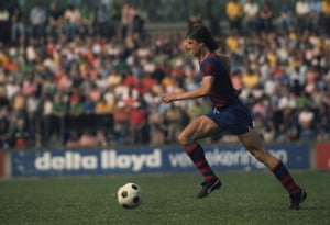 Johan Cruyff plays for Barcelona