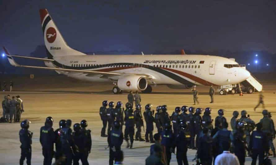 Police forces surround the Bangladesh Biman Boeing 737-800 plane at the Shah Amanat International Airport in Chittagong.
