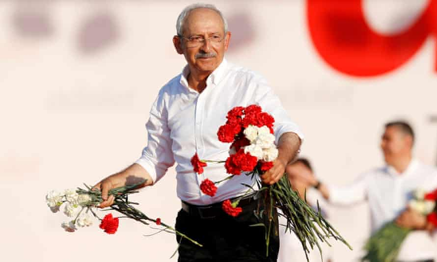 Kemal Kılıçdaroğlu throws red and white carnations to the crowd during the rally in Istanbul