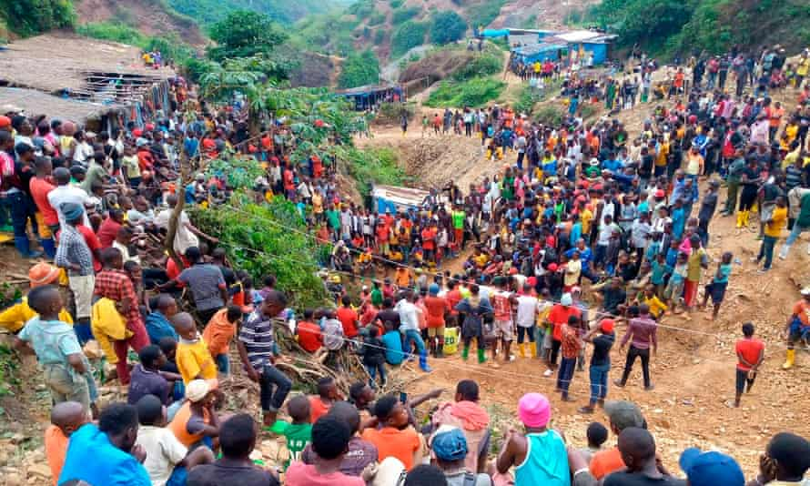 Hundreds of people gather at the entrance of one of the Kamatuga mines.