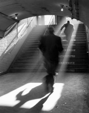 Sabine Weiss  La sortie de metro, Paris, 1955