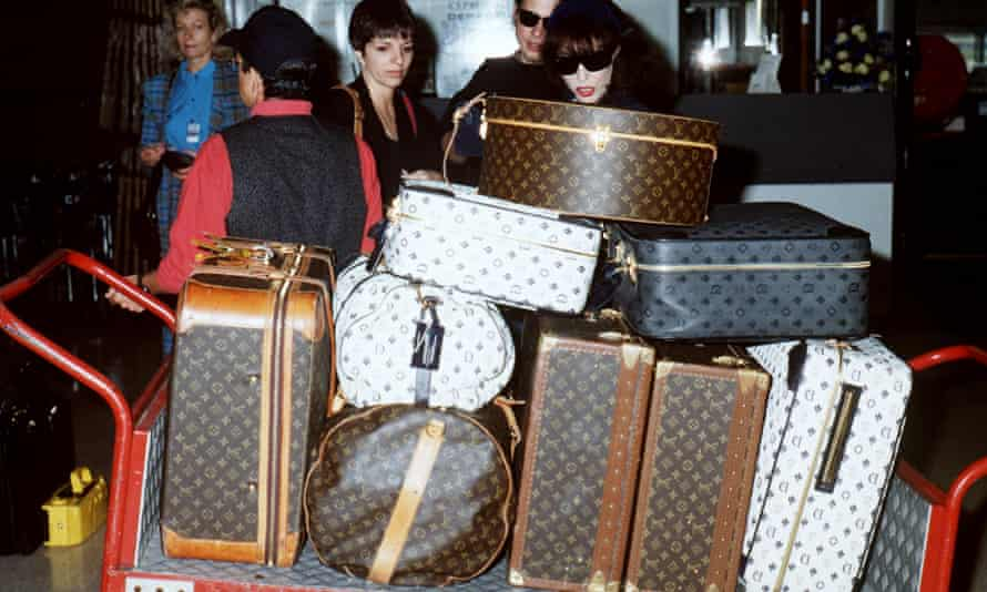 Liza Minnelli and Joan Collins at the airport in 1992.