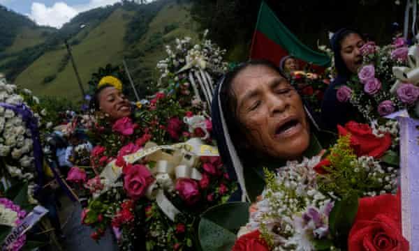 Kokonuko women accompany Vásquez's coffin.