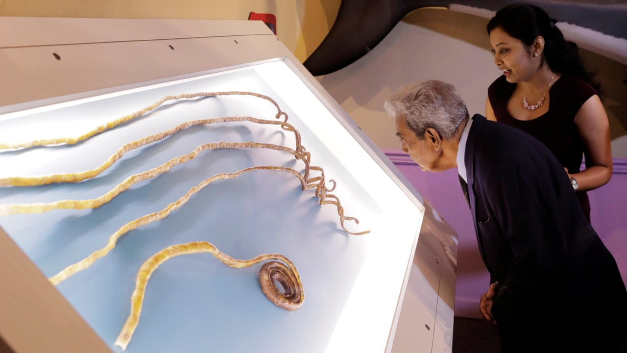 Man with world\'s longest fingernails finally cuts them off - video ...