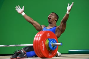 Oscar Figueroa wins the gold medal in weightlifting, takes off shoes and announces his retirement to the world.