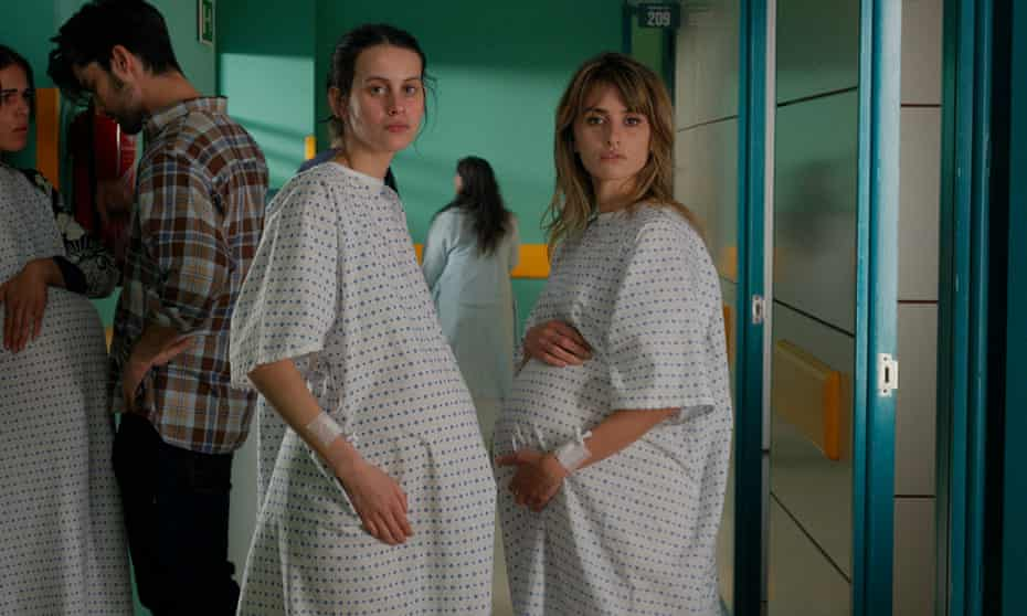 Milena Smit and Penélope Cruz in Parallel Mothers.