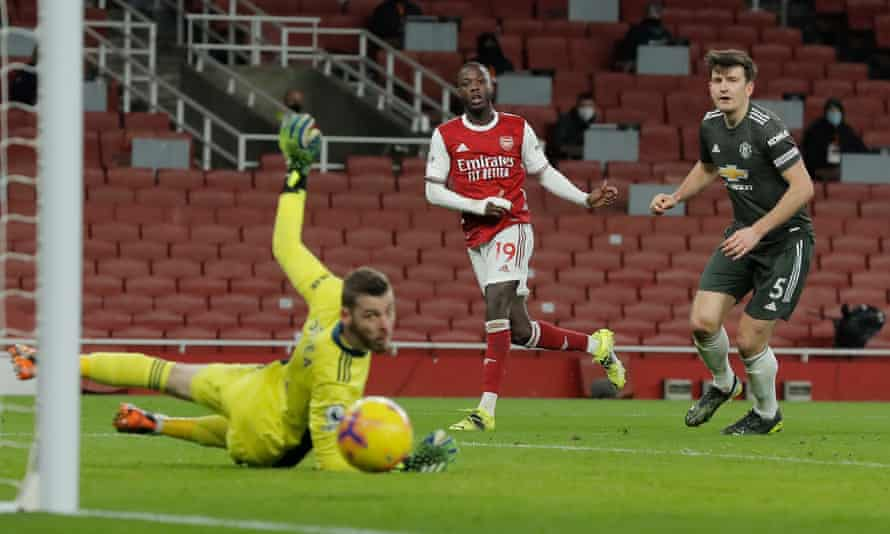 Nicolas Pépé sends his shot just wide of the far post late in the game.