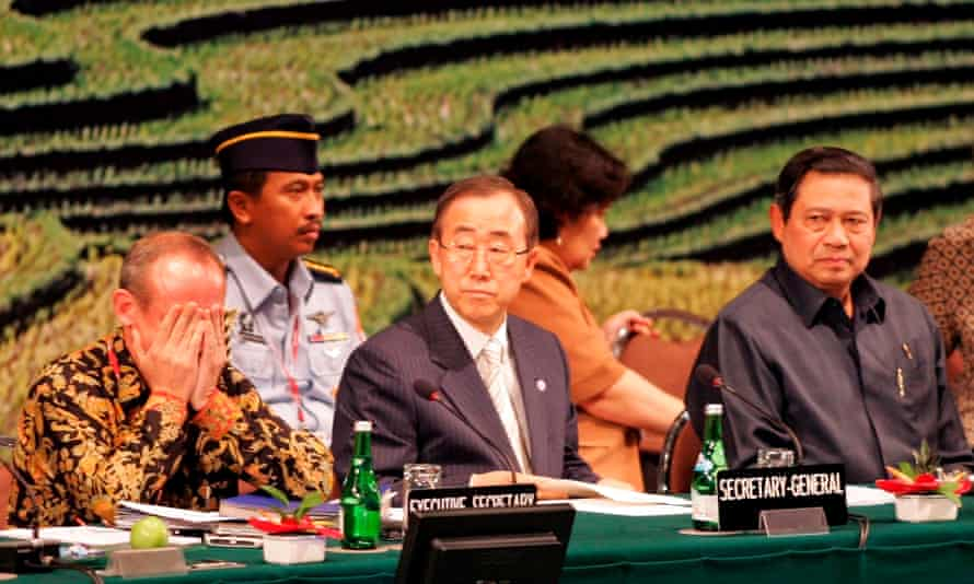 Yvo de Boer (L), chairing the Bali climate change talks, had to be led from the conference in tears after a procedural matter went against him.