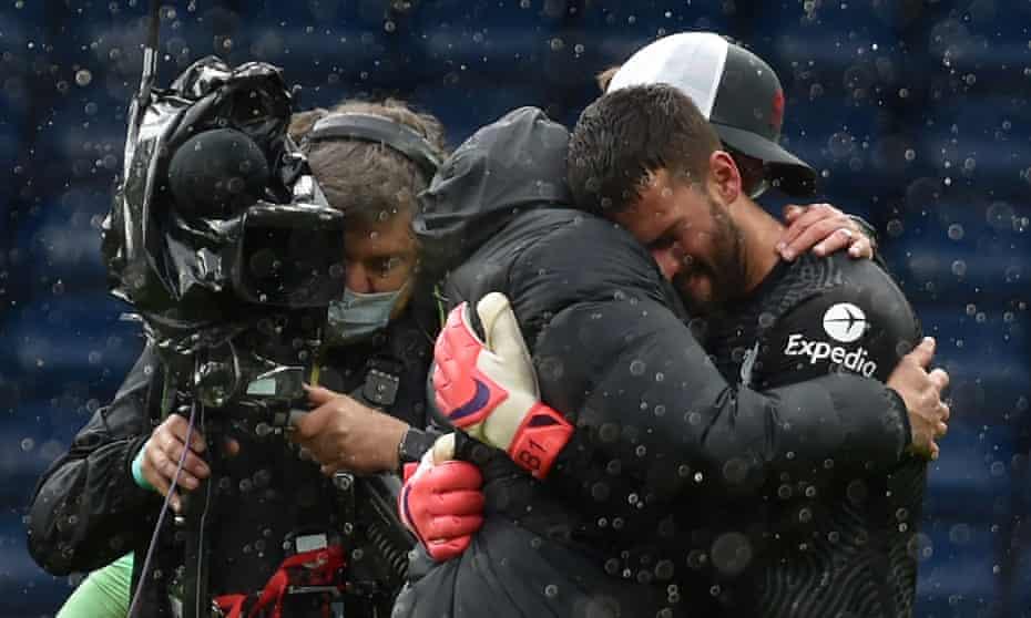 آلیسون بعد از سوت پایان بازی ، یورگن کلوپ ، مدیر لیورپول را در آغوش گرفت.