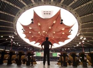 蒙特利尔的奥林匹克体育场,配有65吨的凯夫拉尔屋顶。